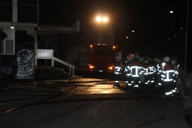 Die Feuerwehr rückte mit einem Grossaufgebot aus.