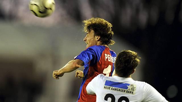 Daniele Russo (l.) Sieger im Kopfballduell mit Aaraus Nico Siegrist