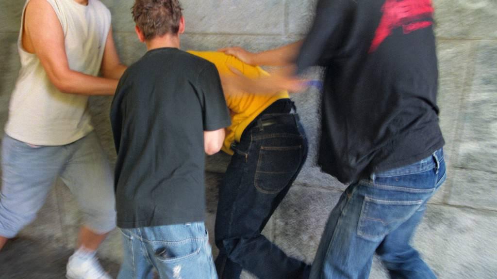 Ein Jugendlicher wurde in Luzern von Unbekannten zusammengeschlagen. (Symbolbild)