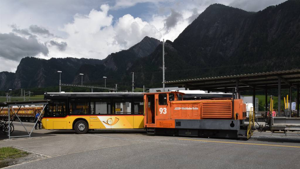 Lok prallt in Postauto – mehrere verletzte Passagiere