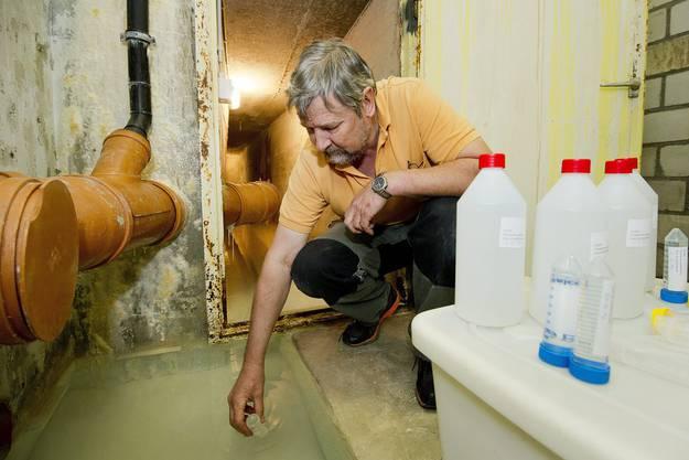 2. Mai 2012: Der Verantwortliche Christian Pittet misst die Radioaktivität im Wasser.