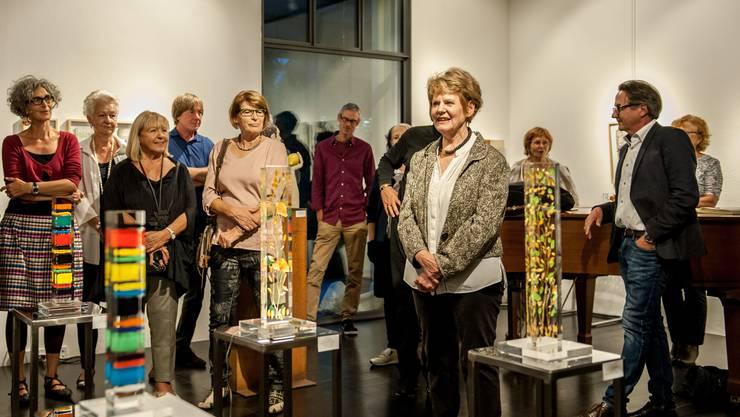 Galeristin Hanni Malcotsis eröffnet die Jubiläumsausstellung.
