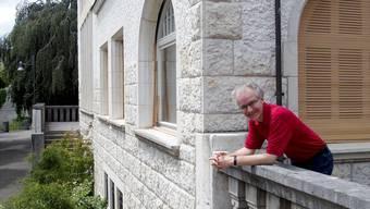 Musikschulleiter Erich Eder auf der Terrasse der Villa Burghalde, in der rund 1300 Schüler den Musikunterricht besuchen.