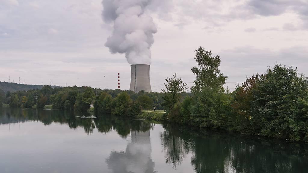 Bei einem Extremhochwasser der Aare wären auch verschiedene Kernkraftwerke betroffen. Eine neue Studie rechnet vor, auf was sich Behörden und Betreiber vorbereiten sollten. (Archivbild)