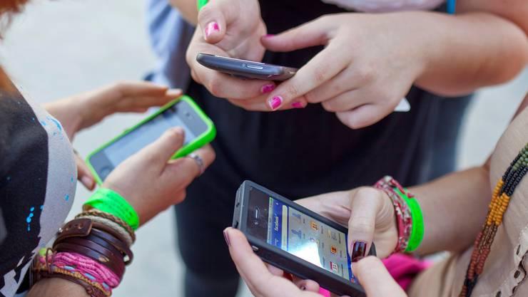Statt ihre Arztrechnungen zu bezahlen, investieren die Jugendlichen das Geld häufig in Smartphones.KEYSTONE