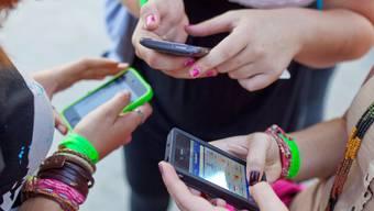 Smartphones und andere elektronische Geräte erweitern das Erleben des urbanen Raumes um neue Dimensionen.