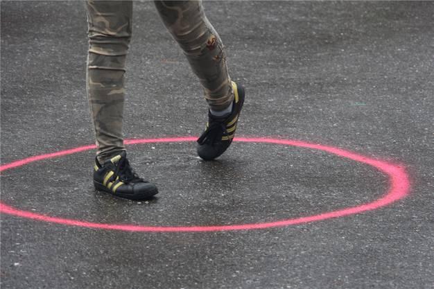 Die Füsse müssen immer innerhalb dieses Kreises sein.