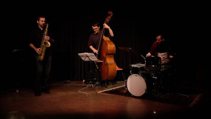 Saxofonist Thomas Lüthi zusammen mit dem Bassisten Arne Huber und dem Schlagzeuger Claudio Strübi.
