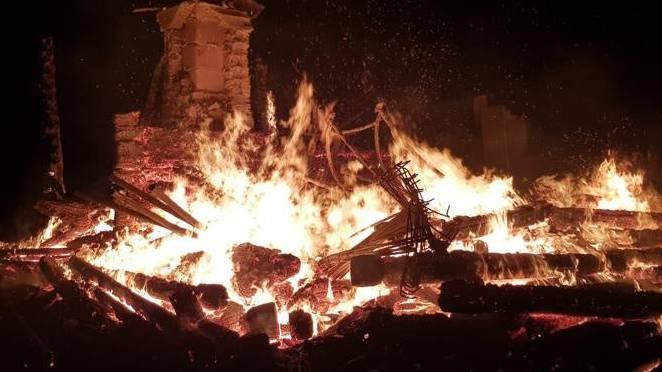 Die Feuerwehr konnte nichts mehr retten: An der Waldhütte entstand Totalschaden.