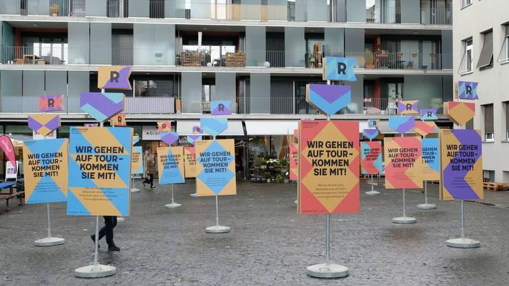 Die Regionale 2025 brachte mit ihren Schildern viel Farbe auf den Wettinger Zentrumsplatz.