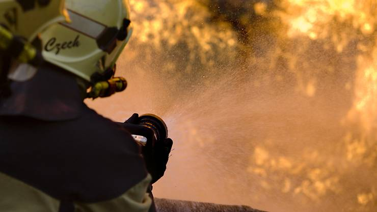 Die Feuerwehr brachte das Feuer zwar rasch unter Kontrolle, dennoch brannte das Schlafzimmer aus. (Symbolbild)