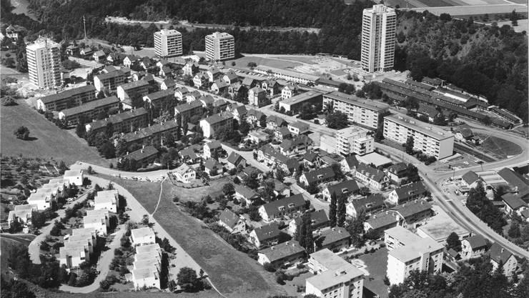 Kappelerhof und Brisgi (rechts oben) mit der Gastarbeitersiedlung um 1985.