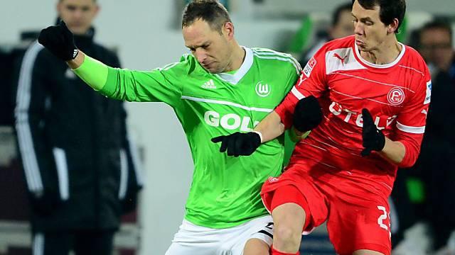 Wolfsburgs Polak (links) im Duell mit Düsseldorfs Kruse.