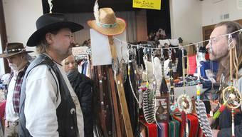 Indy Imbach (rechts) lässt sich beim Schmuckdesign von den Lakota-Indianern inspirieren.