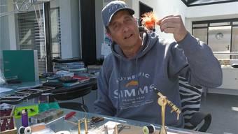 Daniele Di Fronzo hält einen Streamer in der Hand. Mit diesem Imitat soll der Fisch angelockt und überlistet werden.