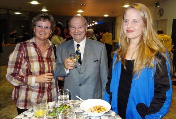 Gemeinderätin Benie Ankli und Walter Leimgruber, rechts Sandra Leimgruber, Aargauer Meisterin im Steinstossen