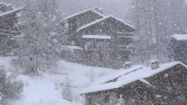 Starker Schneefall verhinderte in Val d'Isère auch am Freitag ein Abfahrtstraining der Frauen