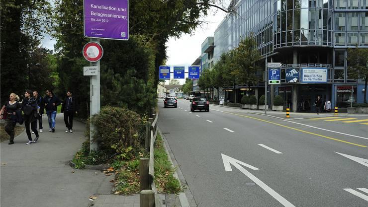 Bald werden aus den drei Spuren zwischen Güterstrasse und Kreuzplatz deren zwei, nächsten Sommer gibts eine Zeit lang nur noch eine Spur auf der Bahnhofstrasse.Ueli Wild