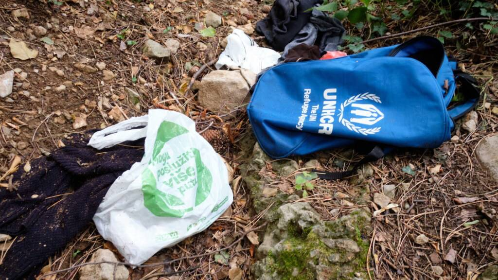 ARCHIV - Kleidung und Gegenstände wurden nahe Triest von Migranten im Wald zurückgelassen. (Archivbild) Foto: Mauro Scrobogna/LaPresse via ZUMA Press/dpa
