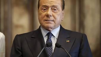ARCHIV - Silvio Berlusconi, Parteivorsitzender der Forza Italia, spricht im Präsidentenpalast der Quirinale in Rom. Berlusconi ist nach Angaben seiner Partei positiv auf das Coronavirus getestet worden. Foto: Alessandra Tarantino/AP/dpa