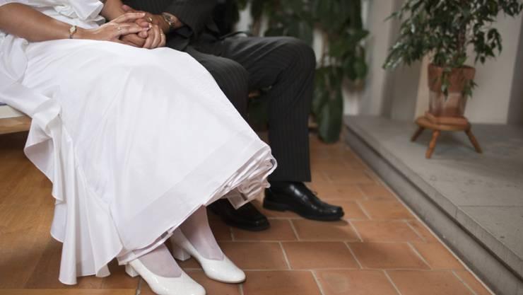 Auch Heiraten verursacht Aufwand im Zivilstandswesen - auch das kostet. Die Kantone führen diese Arbeit aus; aber der Bund bestimmt die Tarife.