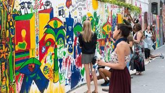 Passanten aus New York beteiligen sich an Santhoris Strassenkunst-Aktion.