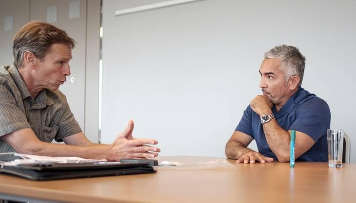 Cesar Millan (rechts) im Gespräch mit Roman Huber.
