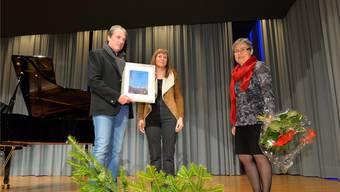 Beat Leimer, der in Bettlach das Frank-Buchser-Museum führt, erhält von Kulturkommissionspräsidentin Franziska Leimer und Gemeindepräsidentin Barabara Leibundgut den Kulturpreis der Gemeinde Bettlach 2015.
