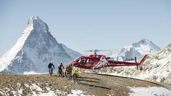 Nur für Werbeaufnahmen gestattet: Diese Biker durften ausnahmsweise auf dem Mettelhorn (VS) landen.
