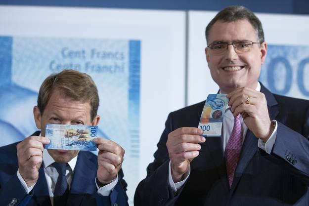 SNB-Präsident Thomas Jordan und SNB-Vizepräsident Fritz Zurbrügg freuen sich über die neue Note.