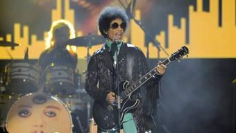 Starb im Alter von 57 Jahren 2016 an einer versehentlichen Überdosis Schmerzmittel aus einer falsch etikettierten Medikamentenbox: US-Popstar Prince. (Archivbild)