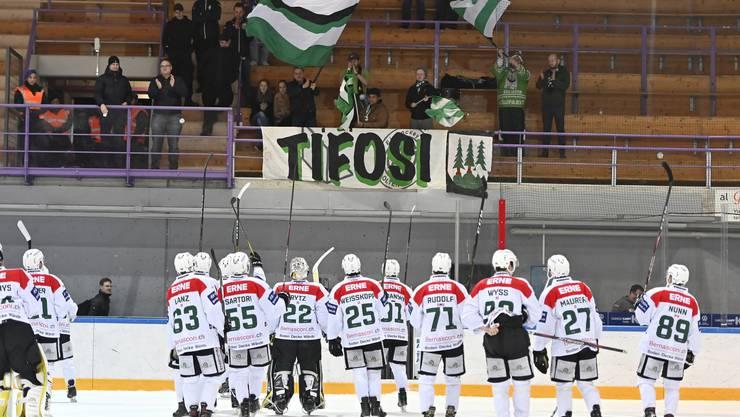 Der EHC Olten feiert gemeinsam mit den mitgereisten Fans den zweiten Sieg in den letzten drei Tagen.
