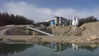 Die Betriebe des Verbands der Kies- und Betonproduzenten Aargau bauen jährlich rund 2,5 Millionen Kubikmeter Sand und Kies ab. – Im Bild: In dieser Grube in Lenzburg wird Kies abgebaut.