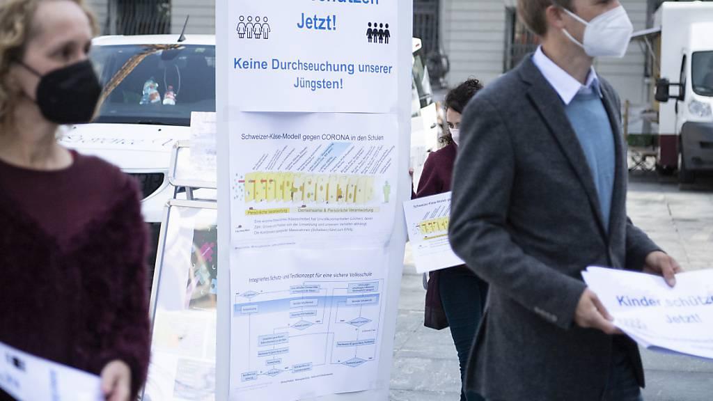 Vertreterinnen und Vertreter von «Kinder schützen - jetzt!» am Dienstag auf dem Bundesplatz in Bern. Sie verlangen, dass Kinder besser gegen das Coronavirus geschützt werden.