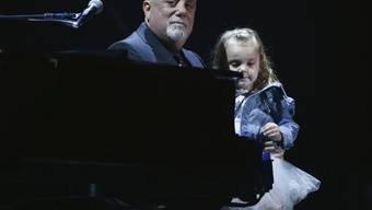 Billy Joel mit seiner Tochter Della Rose im Madison Square Garden, wo er am Mittwoch zum 100. Mal spielte.