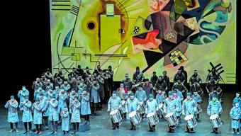 Ein gewaltiges Spektakel im Musical Theater: Drummeli 2019, die Alte Stainlemer in Arbeiterkluft vor einem übergrossen Kandinsky.