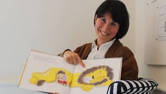 Leseanimatorin Monica Oliari liest in der Aarauer Stadtbibliothek aus italienischen Kinderbüchern vor.