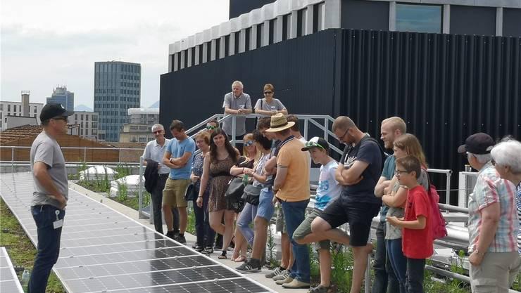 Hier wird Strom produziert: Besucher der Tage der offenen Tür bestaunen die Photovoltaik-Anlage der Eniwa in Buchs.