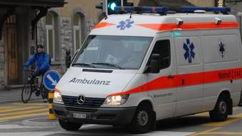 Aufgrund schwerer Kopfverletzungen musste der Mann sofort ins Spital gebracht werden (Symbolbild).