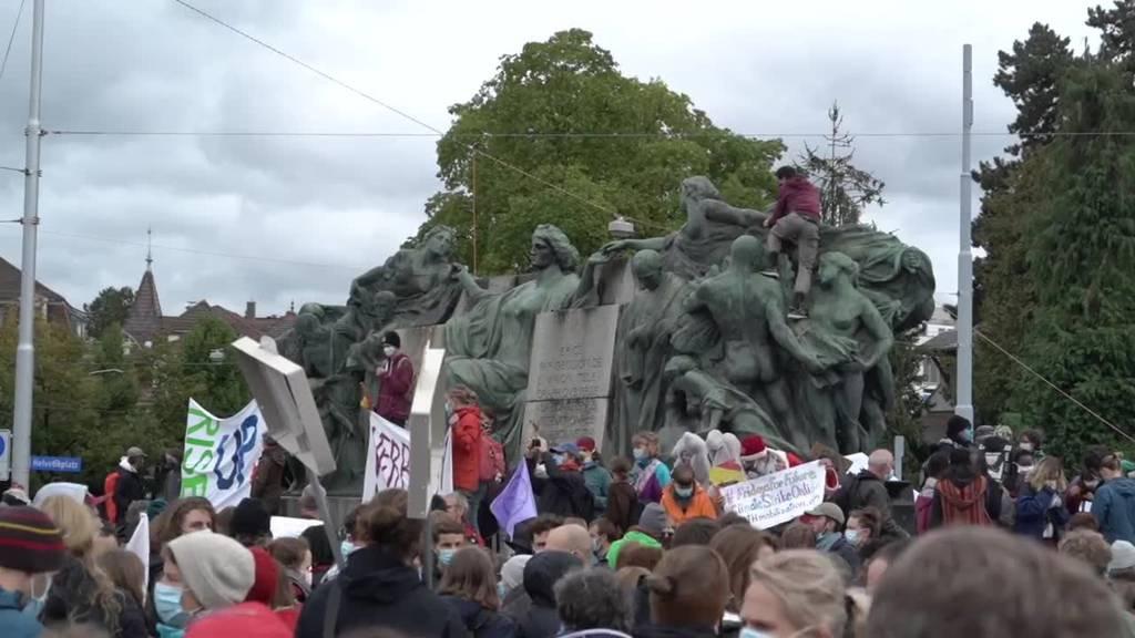 Über 1000 Demonstrierende versammeln sich in Bern zum «Klimastreik»