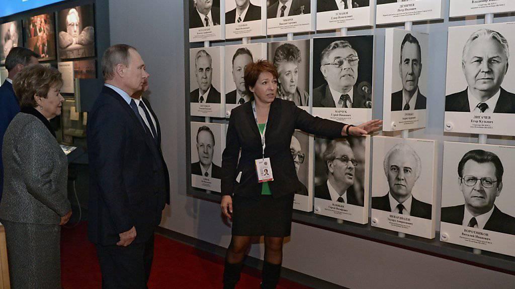 Der russische Präsident Wladimir Putin und die Witwe von Boris Jelzin, Naina, bei der Eröffnung des neuen Jelzin-Museums. Sie hören den Erklärungen von Jelzins Tochter Tatjana Jumasschewa (rechts) zu.