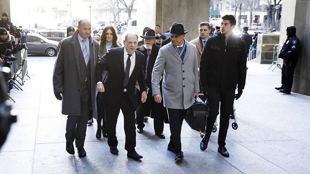 Schlagabtausch von Anklage und Verteidigung im Weinstein-Prozess