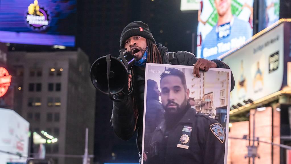 Ein Aktivist spricht zu Demonstranten, die sich zu einer Demonstration am Times Square versammeln. Eine kleine Gruppe von 20 Demonstranten marschiert nach der Bekanntgabe im Fall Jacob Blake.