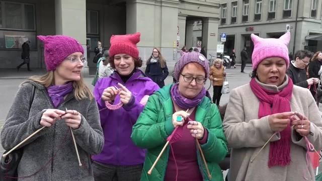 Frauen demonstrieren strickend für ihre Rechte