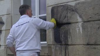 Nachdem Unbekannte das Aargauer Grossratsgebäude besprayt hatten, begannen heute die Reinigungsarbeiten. Und diese sind ganz schön mühsam.