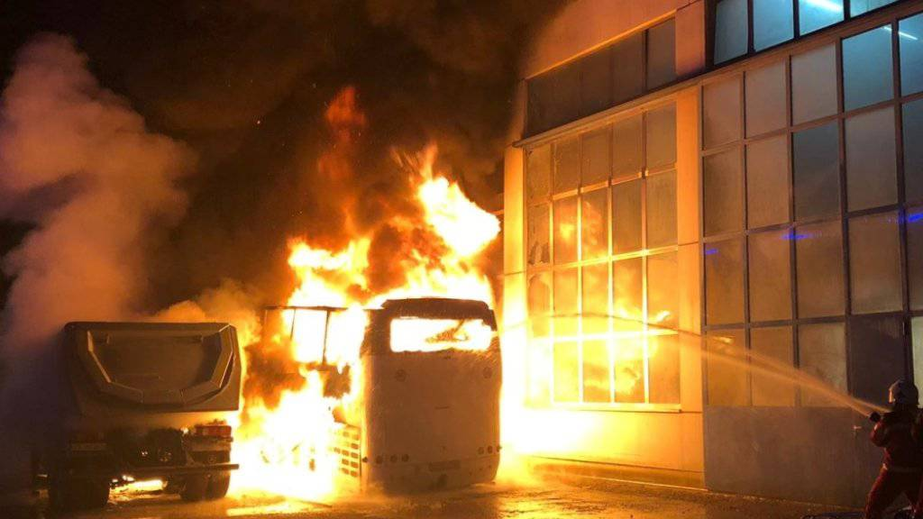 Flammeninferno in Schlieren ZH: Auf einem Firmengelände sind zwei LKWs und zwei Cars ausgebrannt.