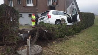 Statt an der Zapfsäule endete ein Auto in Altdorf auf einem Gartenhag.