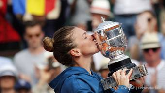 Lohn für einen starken Auftritt: Simona Halep holte in Paris ihren ersten Grand-Slam-Titel.