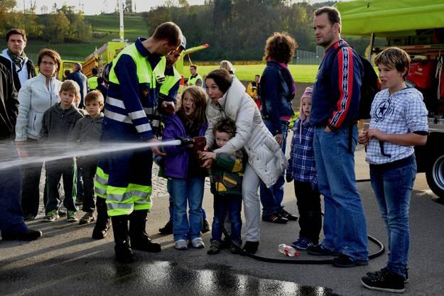 Keiner ist zu jung ein Feuerwehrmann zu sein - beim Depot durften auch die kleinen mit dem Schnellangriff auf Tennisbälle spritzen