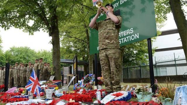 Schweigeminute für den getöteten Soldaten in London